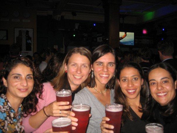 Da época de Londres. No bar com amigas turcas, brasileiras, mexicanas e tchecas.