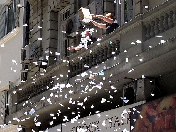 Último dia de trabalho do ano, tem chuva de papel em Buenos Aires. Foto: NA/Infobae