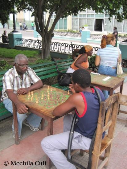 Os cubanos adoram jogar dominó
