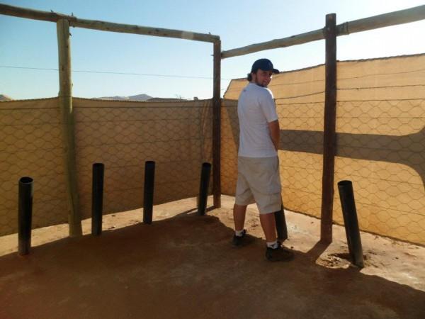 Que banheiro engraçado esse no meio do deserto..