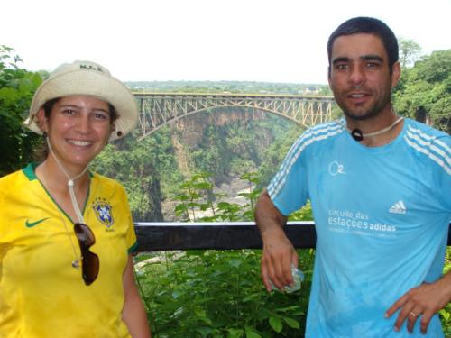 A Fabiana e o Eder felizes na Victoria Falls, na Zambia