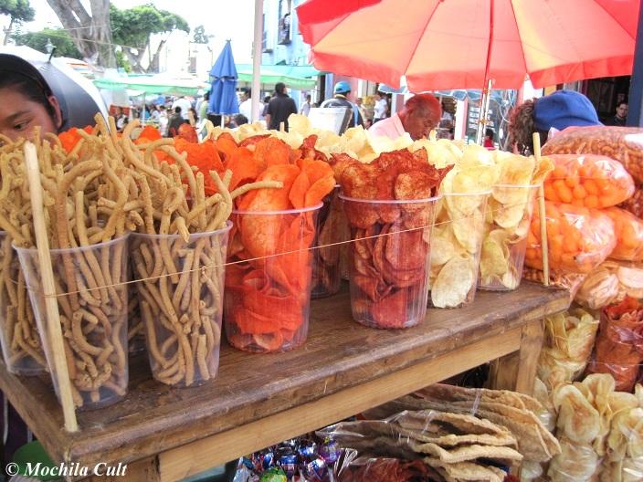 Vendedores ambulantes de batata frita com muita pimenta
