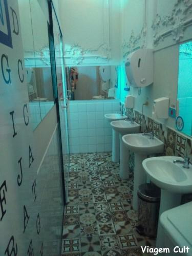 O banheiro é todo colorido